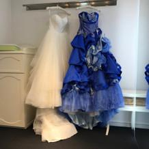 青色のカラードレスにするか迷いました。
