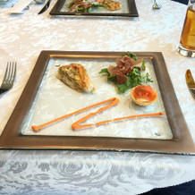 フェア試食・前菜 温かいキッシュとサラダ