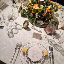 オレンジ色のテーブルセット