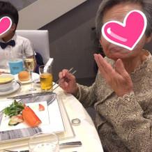 おいしい料理に祖母もにっこり