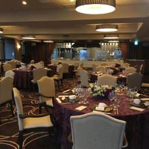 高層階の披露宴会場のテーブル席