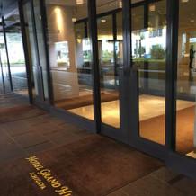 ホテル本館の入り口