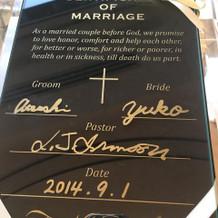 チャペルでのガラスの結婚誓約書