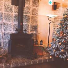 本物の暖炉と、クリスマスツリーも。