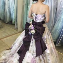カラードレスは柄物も豊富