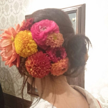 髪飾りは生花