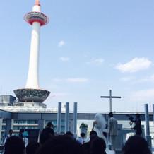 京都タワーが見える屋外チャペル