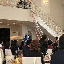 大階段を使ったブーケプルズの演出です。