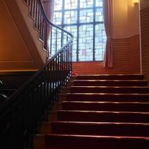 ステンドガラスの階段