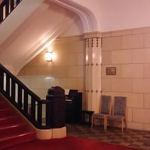 エレベータ前のクラシックな階段