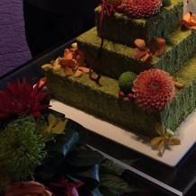 WDケーキ。お花も添えられ華やか