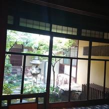 レトロな大正硝子の窓とお庭