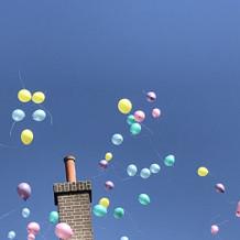 中庭から飛ばす風船
