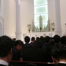 挙式会場は白を基調としていて天井も高い