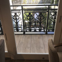 二階のバルコニー