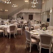 式場には階段があり、天井も高く開放的