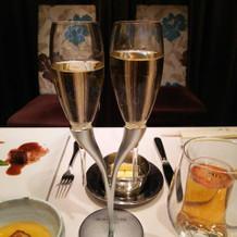 新郎新婦の乾杯グラスがお洒落