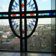 大聖堂前の窓から見える景色