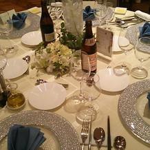 披露宴会場のテーブル。