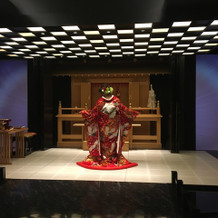 前撮りの和装で式場内の神殿で撮影