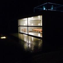 夜の見学会での外から教会内の写真