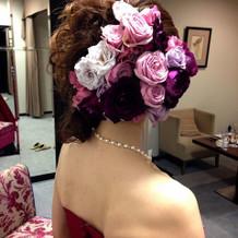 カラードレスは生花のヘッドドレス。