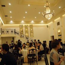 披露宴会場は、とても開放感があって広い