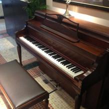 披露宴会場にあるピアノはスタインウェイ社
