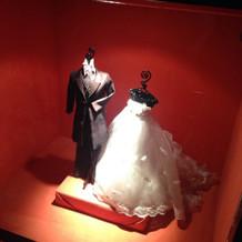 ミニチュアのタキシードとドレス
