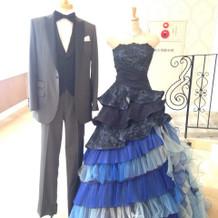 シックなタキシードとウェディングドレス