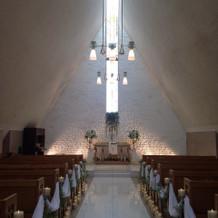三角屋根の、白を基調としたチャペル
