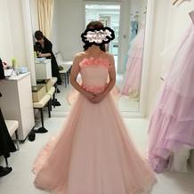 オレンジっぽいピンクのドレスも試着