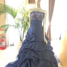 シックな雰囲気のブルーのカラードレス
