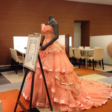 オレンジ色の豪華なカラードレス