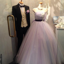 可愛らしいカラードレスとタキシード