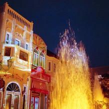 夜の噴水ショーもライトアップ