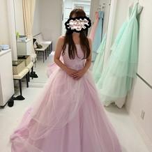 パープルのドレスも試着