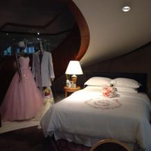 カラードレスとタキシードなどの展示