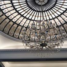 天井とシャンデリア。