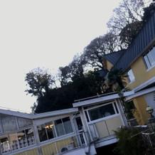 外観。黄色い建物が可愛い