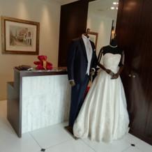 館内のドレスとタキシードです。
