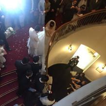 ブーケトスは階段から!
