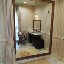 新郎新婦控え室の大きな鏡