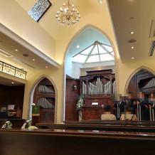 挙式会場での聖歌隊の歌