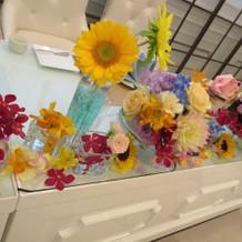 メインテーブルの装花が可愛い
