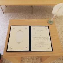 挙式会場内、結婚証明書