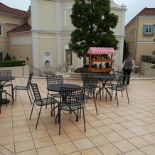 カフェの外の席