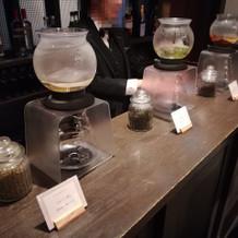 カウンターでお茶の提供