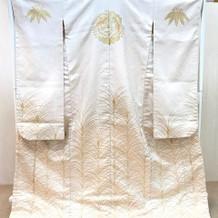 白打ち掛けに金の刺繍