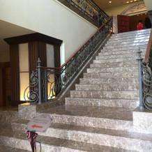 チャペル前の大理石の階段